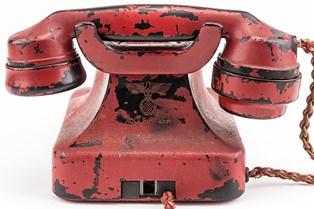 En telefon, som Hitler brugte til at give sine ordrer under de sidste år af krigen, kom under hammeren