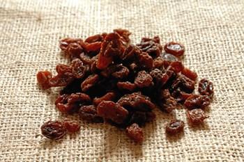 Figenstænger, smoothies, juicebrikker og tørret frugt er madpakkeklassikere, som dog snyder ved at være meget sukkerholdige. Foto: Colourbox