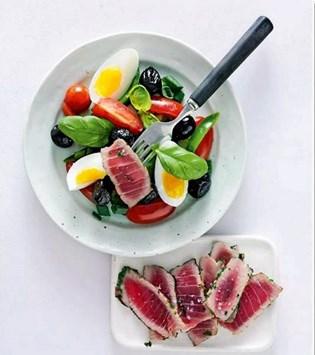 De færdigpakkede måltidssalater kan sagtens være sunde frokostvalg, hvis du styrer udenom hvid pasta og store mængder dressing.