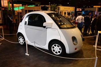 Her er et eksempel på, hvordan Googles selvkørende biler ser ud. Det er dog teknologien inden i bilerne, som søgegiganten beskylder Uber for at stjæle. Arkivfoto: Eric Piermont/Scanpix