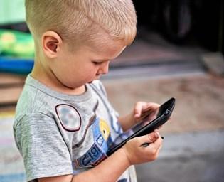 Når børn og unge ser i en skærm, før de skal sove, risikerer de at sove dårligere og blive udmattede i skolen.
