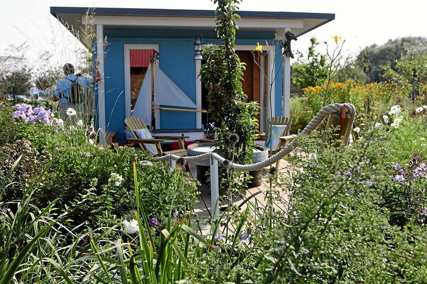 Hvis du hungrer efter at få vådt græs under fødderne og eftermiddagskaffe i en blomstret havestol, kan en kolonihave være et billigt alternativ til et sommerhus.