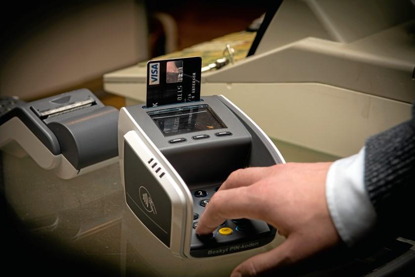 Jyske Bank og Danske Bank skruer op for gebyret for Visa/dankortet i udlandet. Men det er stadig billigere at bruge kortet frem for at hæve kontanter.