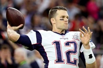 New England Patriots' quarterback Tom Brady varmer op før Super Bowl i den trøje, der blev stjålet efter den historiske sejr. Foto: Adrees Latif/Reuters