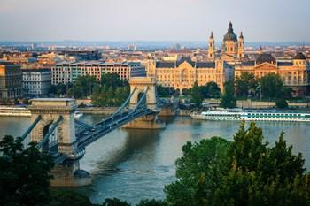 Hvis du vil have mest for dine feriekroner, er det særligt destinationer i Østeuropa og det tidligere Sovjetunionen, du skal kigge efter. Budapest på billedet her er nummer syv på listen. Teemu Tretjakov/colourbox