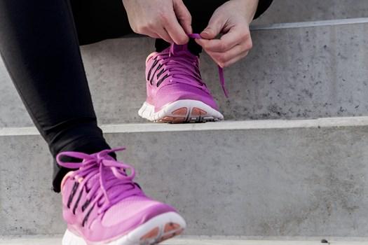 Humper du rundt med ondt i knæet eller en dunkende ankel efter din løbetur, så skyldes det sandsynligvis, at du løber for meget, vurderer to løbeeksperter.