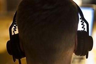 Jo højere støj man udsætter sig for, jo kortere tid bør man omgive i den. Det gælder om at finde balancen mellem eksponering og ro, siger to fageksperter.