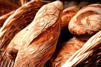 Så længe brødet er fuldkorn, må du også gerne spise hvedeversionen. Foto: Colourbox