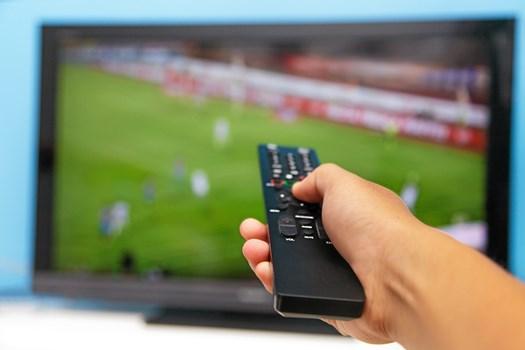 Hvis du primært holder fast i din tv-pakke for at kunne se fodbold i fjernsynet, så kan der være penge at spare ved at skifte tv-pakken ud med en streamingtjeneste