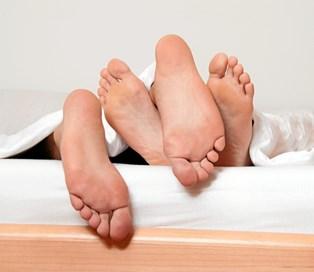 For mange af os går sexlivet op og ned - og det er helt normalt. Men hvad hvis sengen udelukkende bliver et sted, vi sover? Overraskende mange par snakker ikke om sex, men faktisk er det netop det, der skal til for igen at få gang i sexlivet.