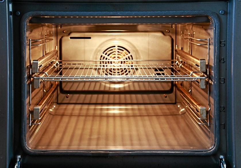 En beskidt og fedtet ovn er svær at undgå, når man anvender sin ovn til madlavning næsten dagligt.