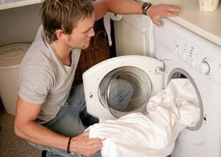 I rigtig mange hjem kommer der et tidspunkt, hvor de gamle hvide håndklæder på badeværelset, ikke længere er helt hvide.
