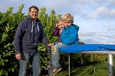 De fleste børn elsker at hoppe på trampolin, men ofte ender den sjove leg med en tur på skadestuen, fordi børnene får et vrid i knæet, en forstuvet ankel eller i værste fald et brud på kraniet, ryggen eller nakken