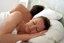 Det er ikke kun hjernen, som genoplades i nattetimerne, kroppen får også hvile, og kroppens celler får fred til at restituere. Alligevel er det ikke alle, der sover så godt, som de ønsker