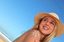 Når solen bager ned fra oven, er solcreme nødvendigt for at passe på huden