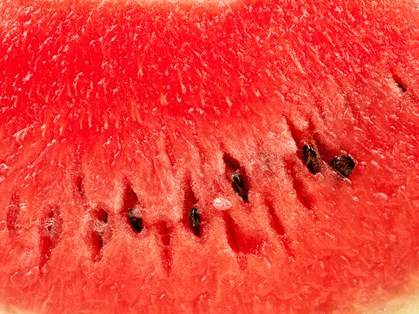 Sommeren er højsæson for vandmelon og udover at den smager skønt, så er der mange gode helbredsfordele ved at spise det læskende røde kød