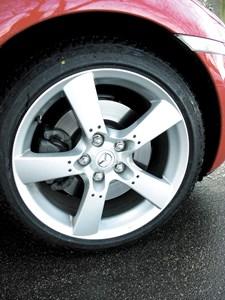 En række sager om løse hjulbolte på biler herhjemme har skabt frygt for, at hærværksmænd bevidst løsner bolte på biler