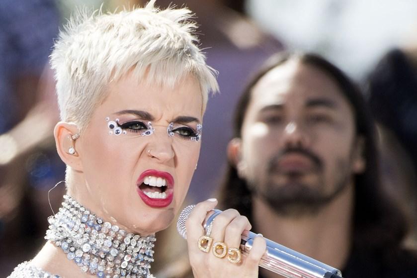 Sangeren Katy Perry er den første nogensinde til at opnå 100 millioner følgere på det sociale medie Twitter.