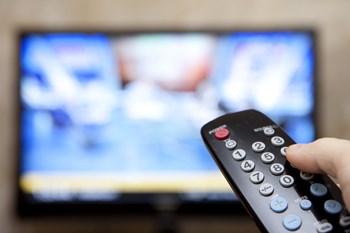 Det bliver ofte et større projekt at vælge tv-pakke. For kan du klare dig uden sportskanalerne, eller vil du være sikker på at få alt med. Foto: Colourbox