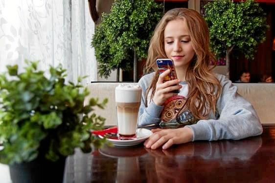Det er blevet nemt at kombinere brugen af ens mobil med dating, flere og flere danskere benytter sig af de store datapakker til at tjekke profilen på farten.
