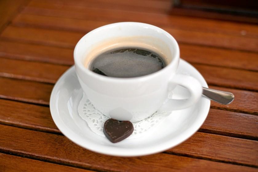 Hører du til typen, der ikke kan fungere fra morgenstunden uden en kop dampende varm kaffe i kruset? Men nager samvittigheden, når du har skyllet den tredje kop ned?