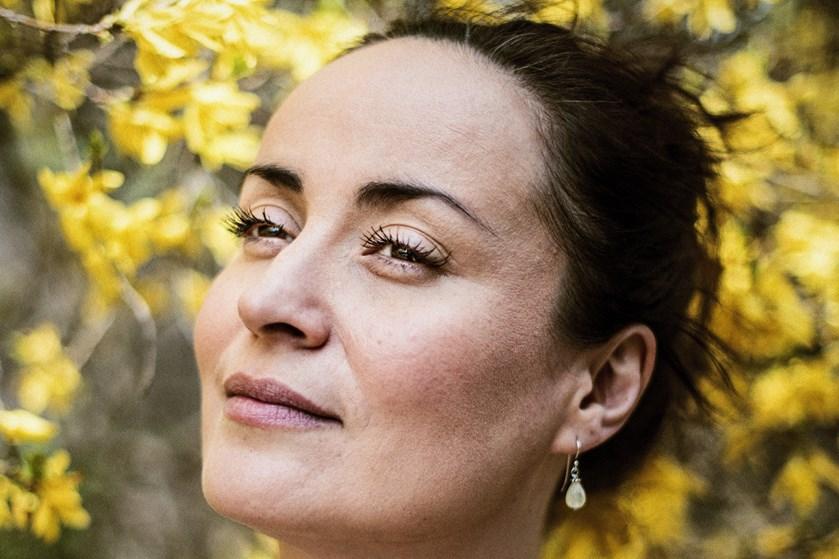 Sangerinden Julie Berthelsen sagde ja til kæresten, Minik Dahl Høegh, da han gik på knæ under parrets ferie