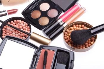 Pas på med at kopiere den makeup, du ser på billederne fra den røde løber. Den kan være lagt med det formål, at det skal se godt ud på billeder - ikke nødvendigvis i virkeligheden. Free/Colourbox