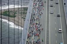 Når broer lukkes for at afholde løb, skaber det køer, forsinkelse og uheld, lyder det fra FDM.