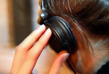 I modsætning til en bog eller en film, kan du lave andre ting, mens du lytter til podcasts. Foto: Colourbox