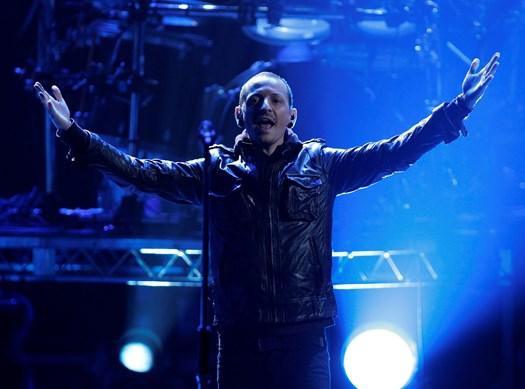 På sin afdøde ven Chris Cornells fødselsdag blev frontmand og forsanger i Linkin Park Chester Bennington torsdag fundet død i sit hjem i Los Angeles.