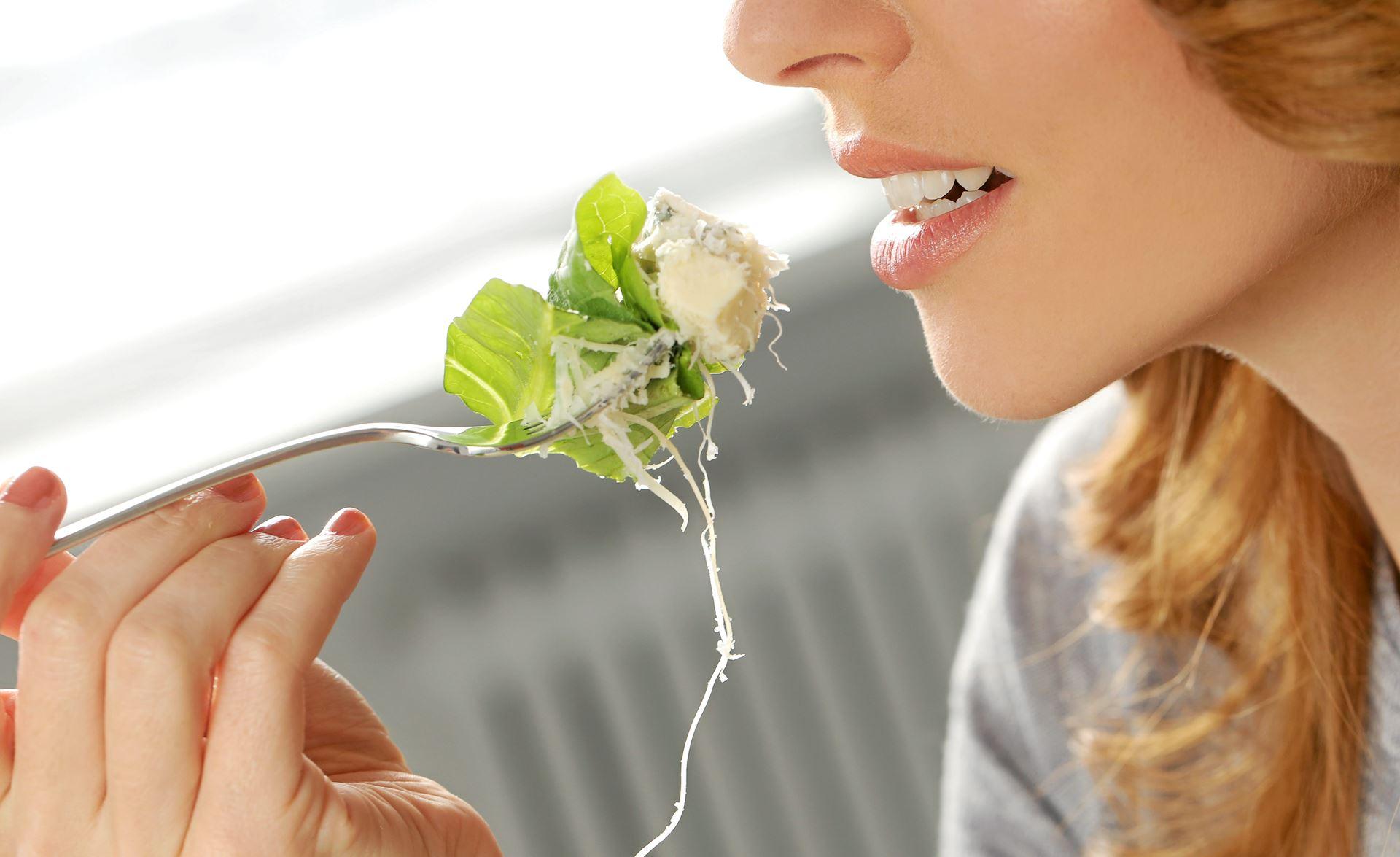 En rest ost, enden af en tomat, kålstokke og stilken fra krydderurterne kan blive til mere mad, hvis man formår at udnytte sine rester.