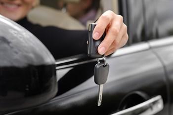Nogle biludlejningsselskaber i udlandet accepterer ikke et Visa/Dankort eller kræver, at man i så fald køber en tillægsforsikring. Du sikrer dig bedst ved at medbringe et ekstra kreditkort. Free/Mikhaylov Oleg