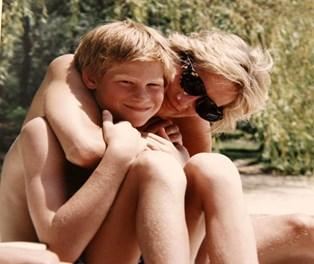 Den 31. august 2017 er det 20 år siden, at prinsesse Diana omkom efter en trafikulykke i Frankrigs hovedstad, Paris, i en alder af blot 36 år.