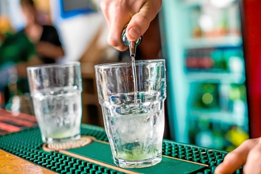 Fredag aften står på afslapning med dine nærmeste. Som den gode vært, du er, åbner du barskabet og byder på en drink eller to.