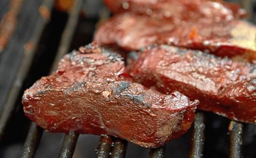 Sydende bøffer, sprøde majskolber og saftige pølser er klassikere på grillen. Men der skal faktisk ikke meget til at tage din grilning fra hyggeniveau til en større smagsoplevelse.