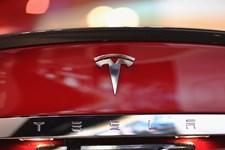 Skiftet fra rigmandsbiler til almindeligt marked er for alvor begyndt for elbilsproducenten Tesla.