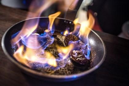 De fleste kender til at flambere desserter i cognac eller whisky, men faktisk kan du også snildt inkorporere andre former for spiritus i din madlavning.
