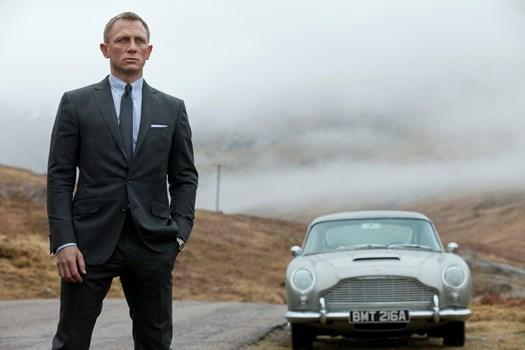 Den engelske skuespiller Daniel Craig bekræfter efter mange spekulationer, at han vender tilbage i rollen som James Bond.