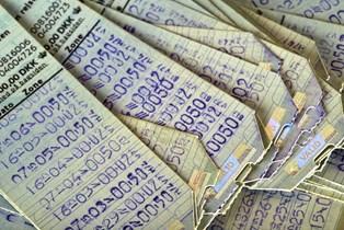 Det er efterhånden slut med at gå i kiosken og købe et klippekort til bussen eller toget, men selv om de gamle papkort ikke længere kan bruges, er de stadig noget værd.