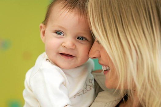 Er dit to måneder gamle barn så småt begyndt at pludre, og reagerer dit otte måneder gamle barn på sit navn?