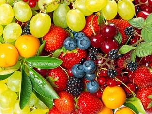 Smider man ferskner, æbler og agurker ned i indkøbskurven fra konventionelle producenter, der har brugt pesticider, kan der være en risiko for, at der er rester fra sprøjtemidler mod eksempelvis insekter og svampe på lækkerierne.