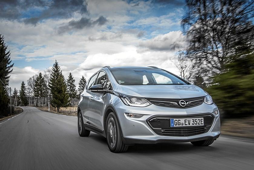 Opel Ampera-e kører ekstra langt på en opladning. Bilens fremtid herhjemme er dog uvis, og det er synd, viser første tur i bilen