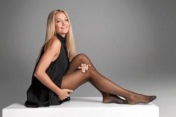 Caroline Fleming er kendt fra et hav af tv-optrædener, men nu springer hun for første gang ud i en anden rolle end sig selv.