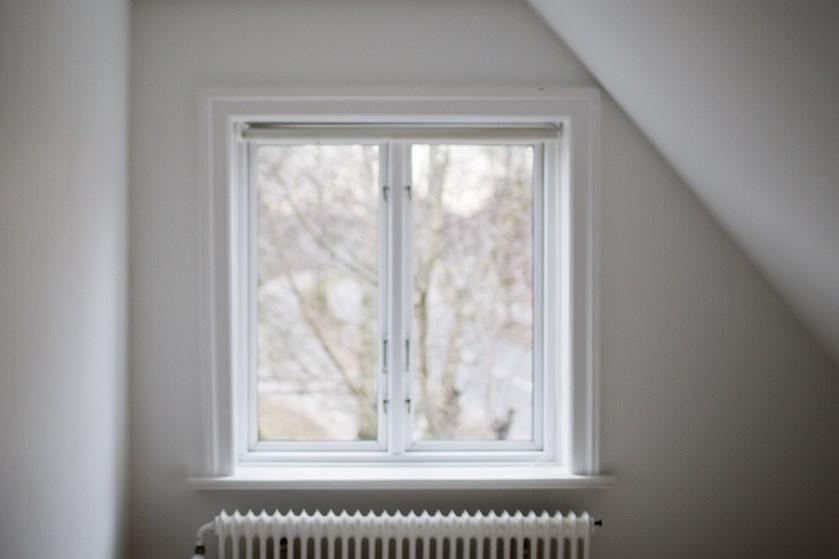 De fleste ved, hvor vigtigt det er at åbne vinduet efter badet, men gode udluftningsrutiner og frisk luft overalt i huset gavner indeklimaet.
