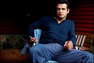 Han suser rundt som skuespiller, men uanset hvor Dejan Cukic er, og hvad han laver, er han dybt forankret i familien.