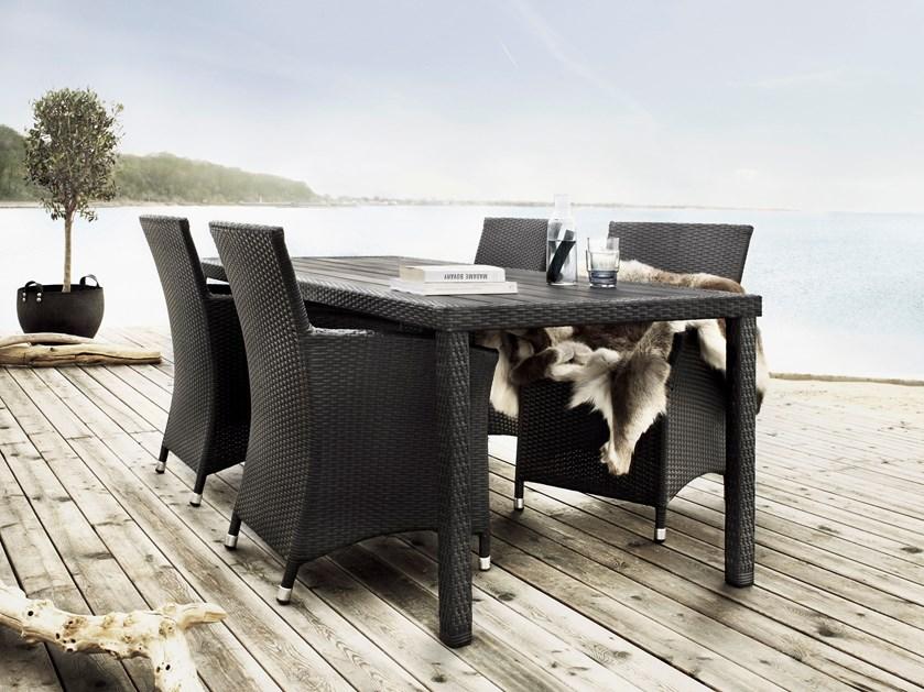 Efteråret er over os, og mens vi slubrer de sidste lune solstråler i os, er det snart tid til, at havemøblerne skal i vinterhi.
