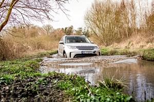 Den nye Land Rover Discovery er blevet langt mere strømlinet og luksuriøs, men under huden er de gamle dyder i terrænet intakte og forfinede