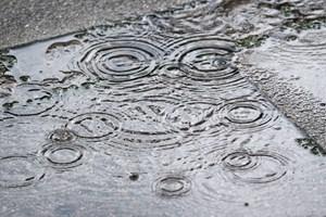 Plastrester fra bildæk er en af de helt store kilder til mikroplast i vores vand.
