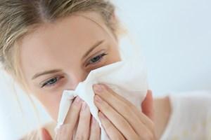 Der er masser af gode og mindre gode råd til at undgå efterårets snot og snue. Her tager to eksperter os igennem forkølelsens ABC.