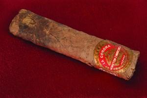 En cigar, som Winston Churchill røg halvdelen af i 1947, er blevet solgt for 12.000 dollar på en auktion